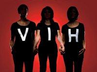 """El VIH/Sida y los hispanos de mayor edad. Tres mujeres hispanas visten camisetas negras que leen """"VIH"""".ult"""