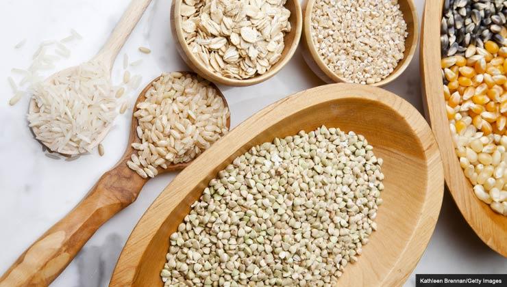Una mesa con diversos cereales - Cereales sin gluten puede tratar la enfermedad celíaca