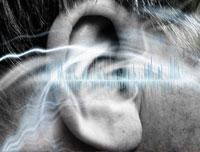 Primer plano del oído de un hombre. Gráfico con los sonidos del oido