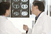 Doctores examinando una radiografía