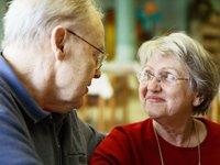 Una pareja de personas mayores - Cirugia de corazón y como puede ayudar en un matrimonio