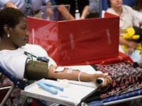 6 razones para donar sangre - Mujer donando.