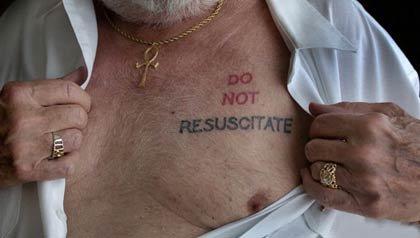 El doctor Albert muestra su nuevo tatuaje que dice