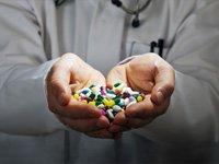 Mitos y realidades de la gota - unas manos llenas de medicamentos