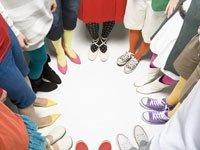 Mitos y realidades de la gota - pies de la gente haciendo un círculo