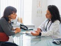 Doctor con el paciente en la oficina - Equipo especial encuentra que el screening del cáncer de ovario no siempre es efectivo