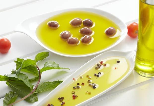 Aceite de oliva, las aceitunas y las hierbas - 10 Beneficios del aceite de oliva
