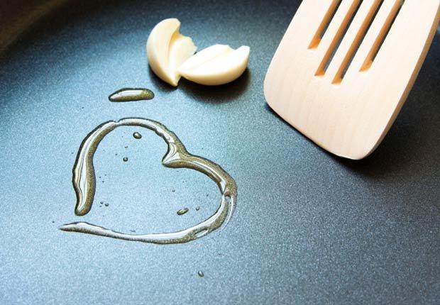Corazón hecho de aceite de oliva sobre una olla - 10 Beneficios del aceite de oliva
