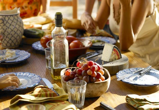 Mesa para una cena con aceite de oliva como la pieza central - 10 Beneficios del aceite de oliva