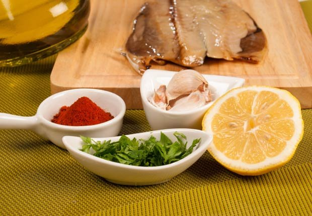 Ingredientes para un adobo de pescado mediterráneo con aceite de oliva - 10 Beneficios del aceite de oliva