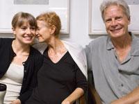 Edie en el hospital antes de la cirugía con su esposo y una de sus hijas - La lucha contra el cáncer