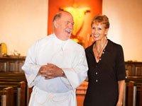 Edie en la iglesia junto a su pastor unas semanas antes de su cirugía - La lucha contra el cáncer