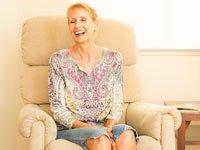 Edie sentada en su apartamento en Palo Alto después de la operación - La lucha contra el cáncer