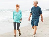 Edie Sundby toma una caminata por la playa con su marido - Luchar contra el cancer