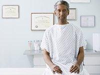 Hombre sentado en un consultorio médico - todo hombre debe hacer la prueba de la próstata.