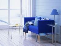 6 colores que impactan el ambiente y su ánimo — Sofa y lámpara de color azul.