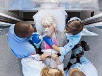 Escena de una ambulancia, un médico y un paciente