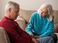 Mujer acariciando la mano de un hombre mayor - Trivia como enfrentar la depresion