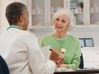 Médico explicando la medicación a una paciente femenina - Preguntas que las mujeres deben hacerle a su medico