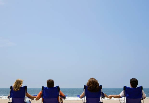 Parejas relajandose en la playa - Combatir la depresion sin medicamentos