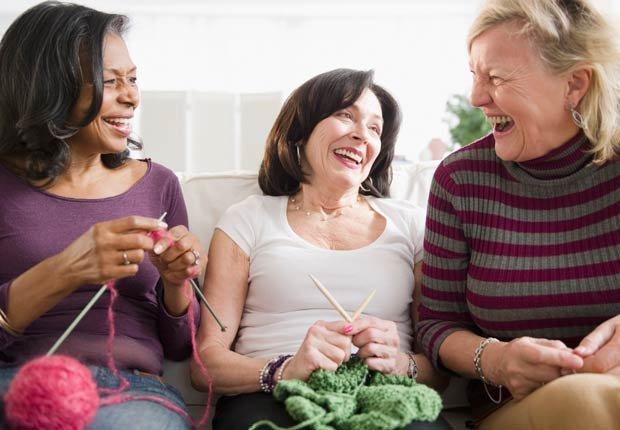 Amigas riendo y tejiendo juntas - Combatir la depresion sin medicamentos