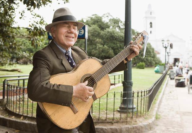 Hombre que toca la guitarra y canta - Combatir la depresion sin medicamentos