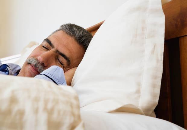 Hombre hispano de mediana edad durmiendo en la cama - Combatir la depresion sin medicamentos