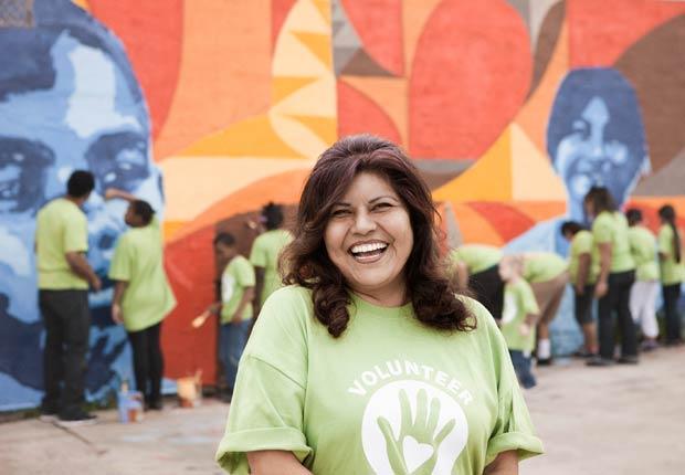 Voluntarios pintando un mural - Combatir la depresion sin medicamentos