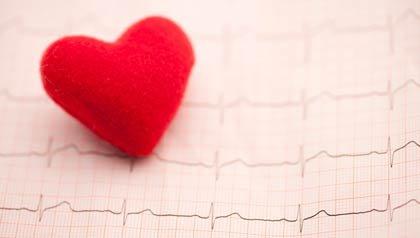 Electrocardiograma y un corazón - el Centro de Recursos sobre Enfermedades del Corazón