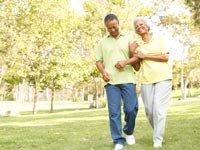 Pareja caminando en un parque - Los beneficios de caminar para sobrevivientes de derrame cerebral