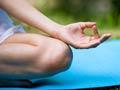 Mujer practicando yoga - 7 maneras de prevenir la artritis