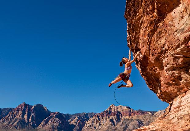 Mujer escalando una roca - Miedo a caerse - Fobias comunes