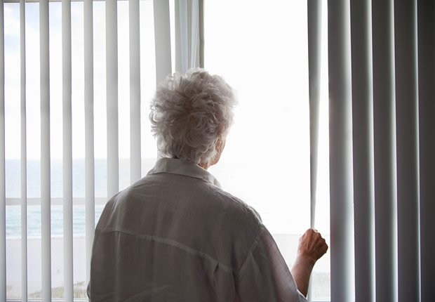 Mujer mayor mirando por una ventana - Agorafobia, miedo a los espacios publicos - Fobias comunes
