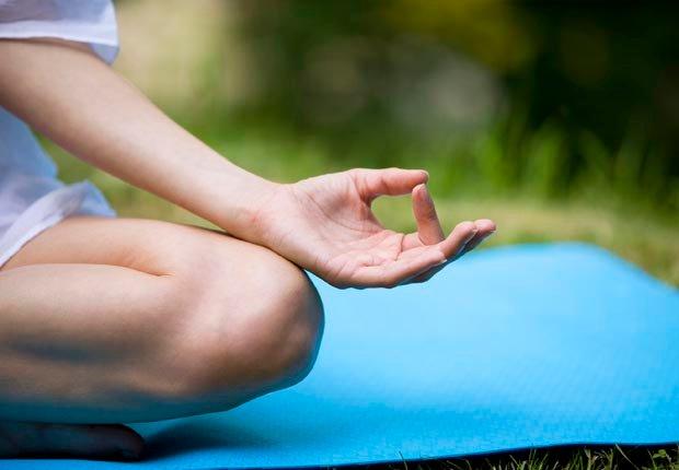 Mujer practicando yoga - 7 formas de prevenir la artritis
