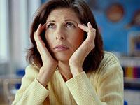 Mujer frotándose la cien, medicamentos que causan pérdida de la memoria