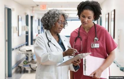 Dos médicos discuten la historia clínica de un paciente, evite los hospitales en julio