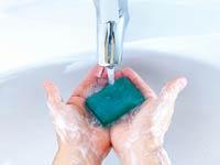 Hombre lavandose las manos - Como lavarse bien las manos luego de usar un baño publico - Evitar enfermedades
