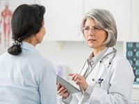 Doctor con el paciente en su oficina - Cómo prevenir el cáncer del cuello del útero - VPH - Elmer Huerta