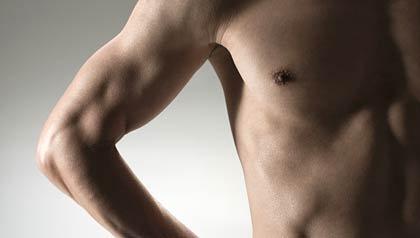 Pecho muscular del hombre maduro - Cáncer de mama en hombres