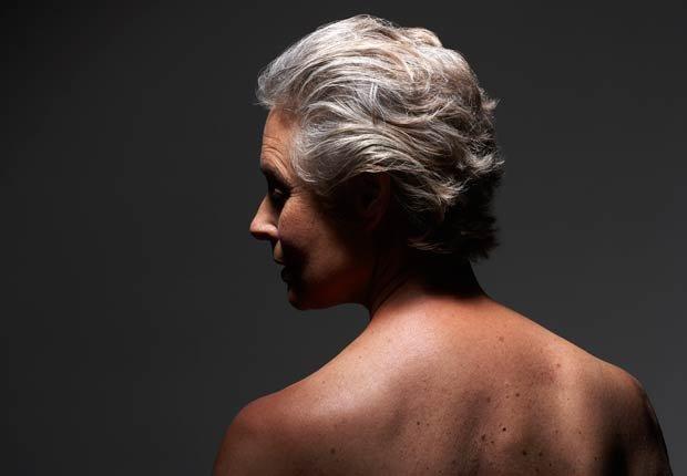 Mujer mayor pensativa con el pelo gris, 10 Razones por las cuales usted puede estar perdiendo cabello