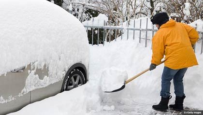 Mujer paleando nieve, consejos para mantenerse seguro en condiciones heladas