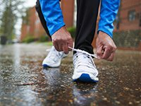 Persona amarrandose los zapatos deportivos - Consejos para combatir y prevenir la diabetes