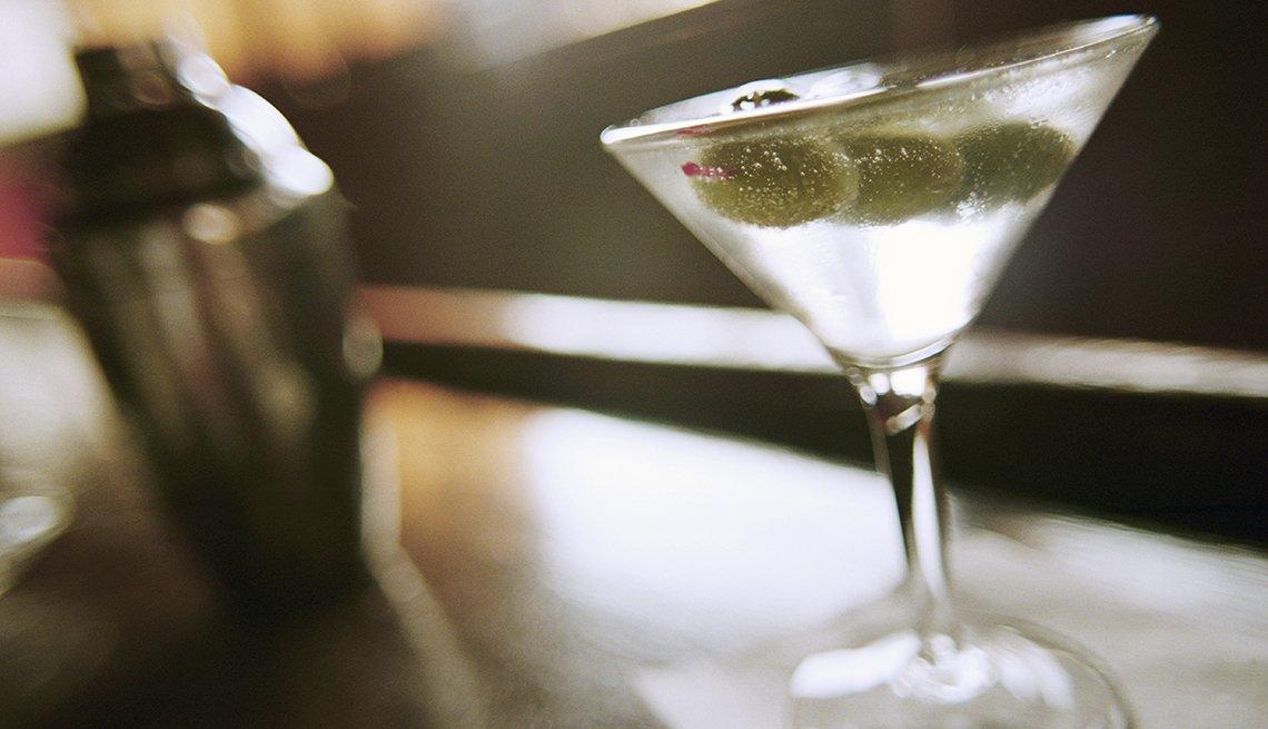 Martini servido en una mesa - Cómo prepararse para una cirugía