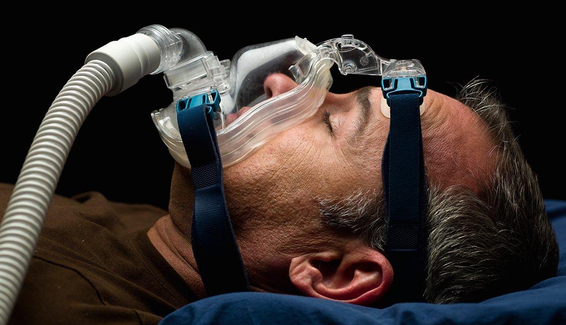 Hombre con un tratamiento para los ronquidos - Cómo prepararse para una cirugía
