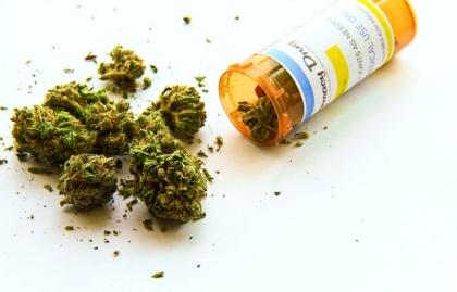 Frasco de medicina con marihuana - Los beneficios del uso de la marihuana medicinal