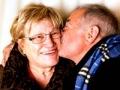 Una pareja de adultos mayores besándose - Cómo ayudar a un familiar cercano a buscar atención ante la perdida de audición