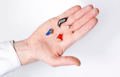 Diferentes tipos de audifonos en una mano - Consejos para escoger los mejores audífonos para ti