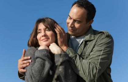 Pareja acariciándose tiernamente - Sexo y el cáncer de ovario