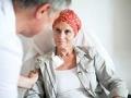 Médico y su paciente - Errores comunes en el diagnóstico y tratamiento del cáncer