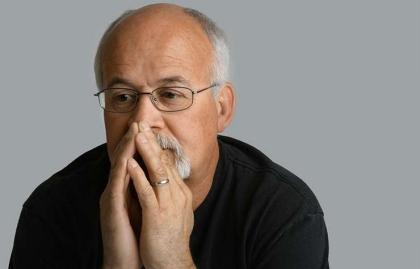 Hombre con sus manos en la boca - La calvicie y el cáncer de próstata